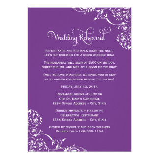 Ensayo del boda y púrpura de las invitaciones el