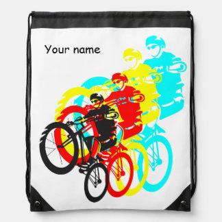 Ensayos coloridos de la bici de montaña mochilas