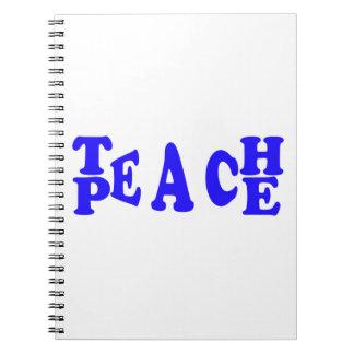 Enseñe a la paz en cuaderno azul de la fuente