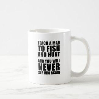 Enseñe a un hombre a cazar y a pescar taza básica blanca