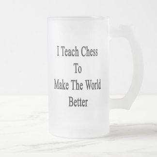 Enseño a ajedrez para hacer el mundo mejor taza de cristal