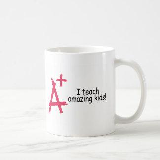 Enseño a los niños asombrosos A+ Taza