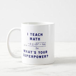 ¿Enseño a matemáticas/cuál es su superpotencia? Taza Básica Blanca