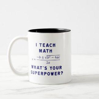 ¿Enseño a matemáticas/cuál es su superpotencia? Taza De Dos Tonos