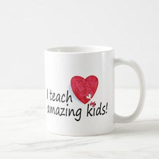 Enseño a niños asombrosos taza