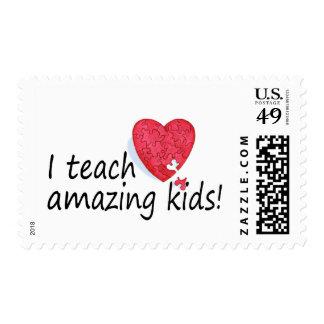 Enseño a niños asombrosos timbres postales