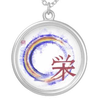 Enso con el carácter de kanji para la prosperidad collar plateado