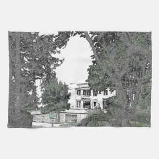 Entrada a la mansión a través de los árboles toalla de cocina