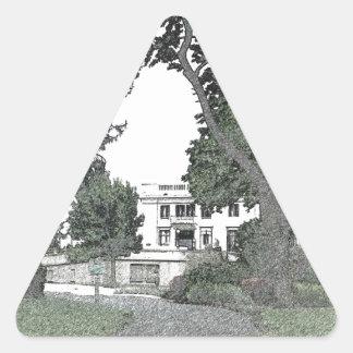Entrada a la mansión a través de los árboles pegatina triangular
