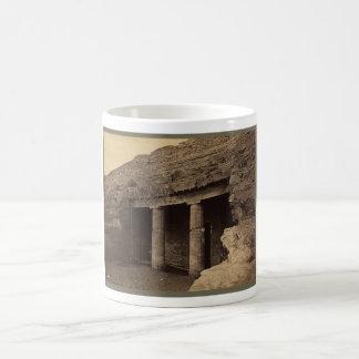 Entrada a las tumbas pintadas, Egipto circa 1856 Taza