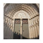 Entrada de madera magnífica a la catedral en Toled Teja Ceramica