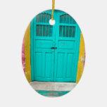 Entrada de madera pintoresca de las puertas verdes ornamento para reyes magos