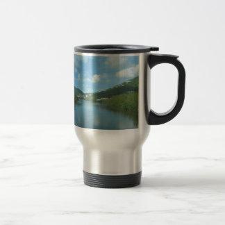 Entrada fresca de la charca tazas de café