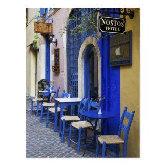 Entrada y apartadero azules coloridos al hotel postal