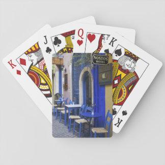 Entrada y apartadero azules coloridos al hotel vie barajas de cartas