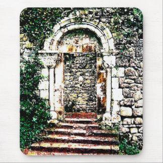 Entrada y escaleras de la roca en castillo del mouse pad