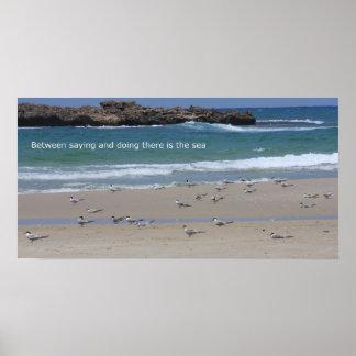 Entre decir y hacer hay el mar poster
