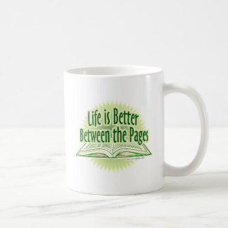 Entre el estilo verde de las páginas taza básica blanca
