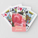 Entre las flores rosadas del tulipán de los naipes barajas de cartas