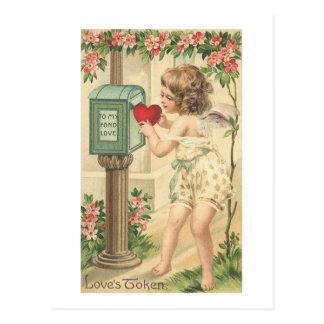 Entrega simbólica del corazón de los amores tarjeta postal