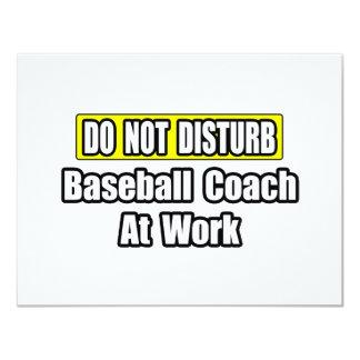 Entrenador de béisbol en el trabajo invitaciones personales