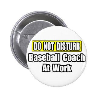 Entrenador de béisbol en el trabajo pin redondo 5 cm