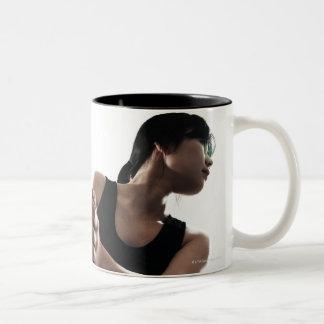 entrenamiento de la mujer joven, voleibol taza de dos tonos
