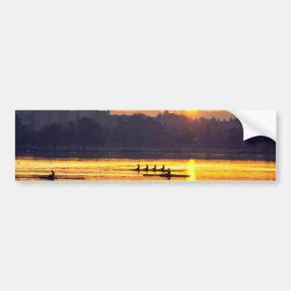 Entrenamiento del Rowing en la puesta del sol Pegatina De Parachoque