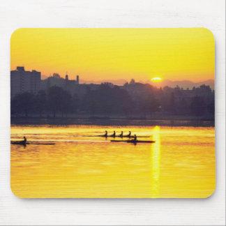 Entrenamiento del Rowing en la puesta del sol Mouse Pads