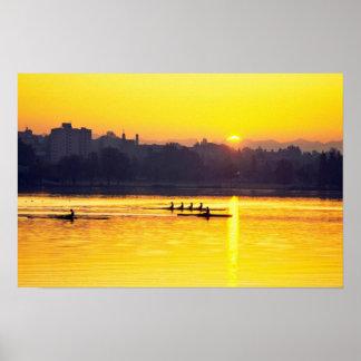 Entrenamiento del Rowing en la puesta del sol Poster