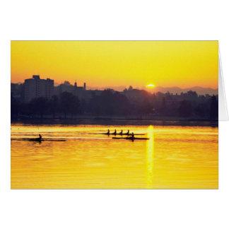 Entrenamiento del Rowing en la puesta del sol Tarjeta De Felicitación