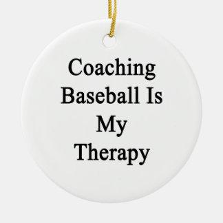 Entrenar béisbol es mi terapia adorno navideño redondo de cerámica