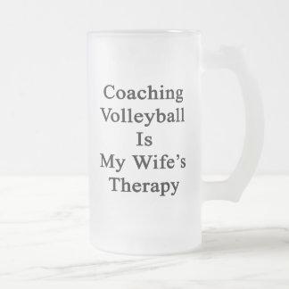 Entrenar voleibol es la terapia de mi esposa taza cristal mate