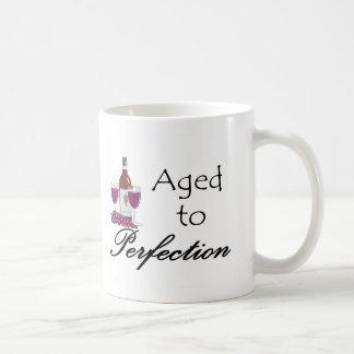 Envejecido a las camisetas y a los regalos de la taza