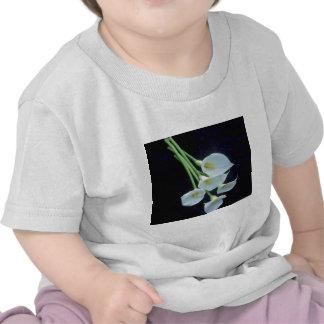 envoltura del blanco A de las flores de los lirios Camiseta