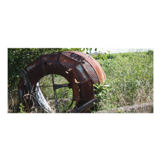 Equipamiento agrícola oxidado un campo lona publicitaria