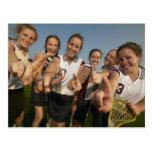 Equipo adolescente del lacrosse (de 16-17) que postal