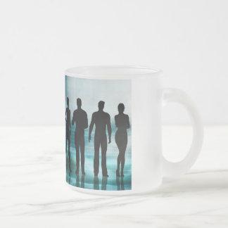 Equipo confiado del negocio de profesionales en taza de café esmerilada