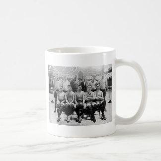 Equipo de baloncesto de la universidad católica: taza clásica