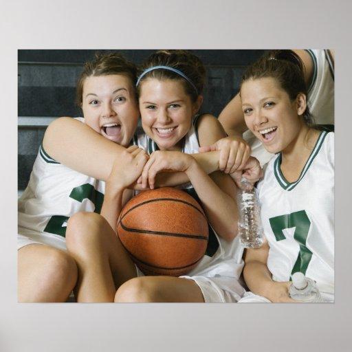 Equipo de baloncesto femenino que sonríe, retrato posters