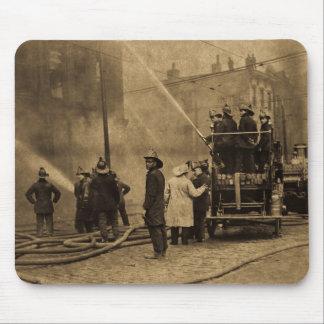 Equipo de bomberos en la acción - vintage alfombrillas de ratones