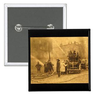 Equipo de bomberos en la acción - vintage pin cuadrado