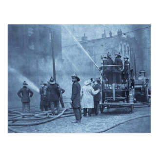 Equipo de bomberos en la acción - vintage postales