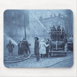 Equipo de bomberos en la acción - vintage tapetes de raton
