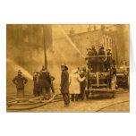 Equipo de bomberos en la acción - vintage felicitacion