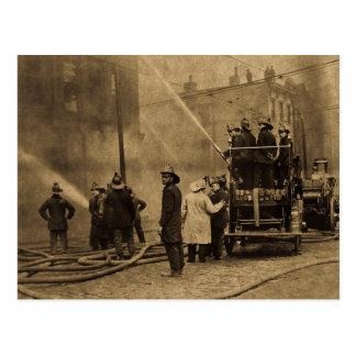 Equipo de bomberos en la acción - vintage tarjetas postales