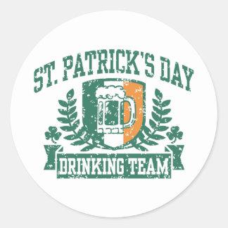 Equipo de consumición del día de St Patrick Pegatinas Redondas