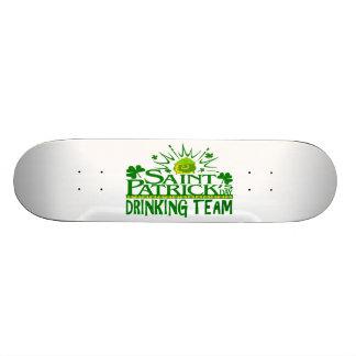 Equipo de consumición del día del St Patricks Cel Tabla De Skate