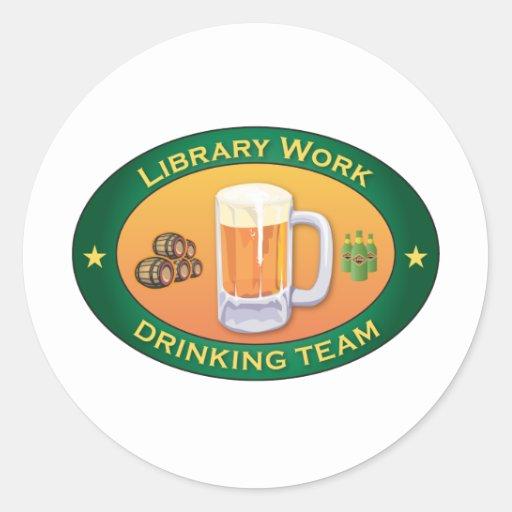 Equipo de consumición del trabajo de la biblioteca pegatina redonda