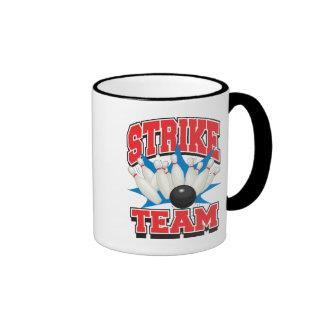 Equipo de la huelga que rueda tazas de café